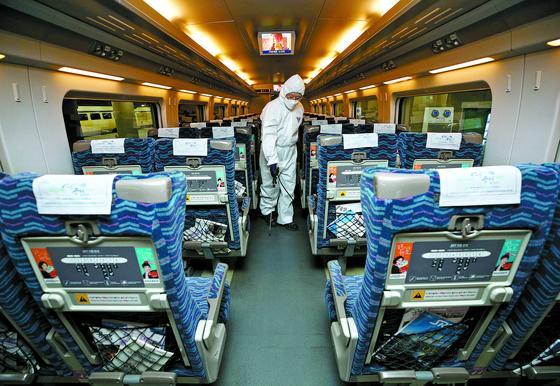 27일 서울 SRT수서역에서 직원이 열차 내 방역 작업을 하고 있다. 우한 폐렴 공포가 확산되는 가운데 국내 기업들도 비상이 걸렸다. [뉴스1]