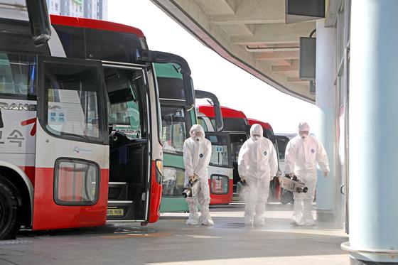 지난 28일 오후 광주종합버스터미널 버스 승차장에서 보건소 직원들이 신종 코로나바이러스 감염증 예방을 위한 소독을 진행하고 있다. [뉴스1]