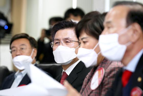 황교안 대표가 29일 서울보건환경연구원을 찾아 우한폐렴에 관한 보고를 받고 있다. [뉴시스]