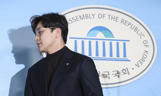 더불어민주당 인재영입 2호 원종건씨가 28일 국회 정론관에서 기자회견을 마친 뒤 나가고 있다. 임현동 기자
