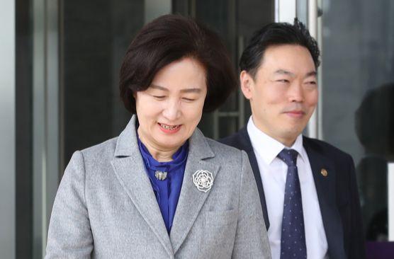 추미애 장관이 29일 점심식사를 위해 김오수 차관과 정부과천청사를 나서고 있다. [연합뉴스]