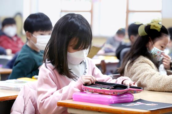 지난 28일 개학한 대구의 한 초등학교 교실에서 학생들이 수업시간에 마스크를 쓰고 있다.[뉴스1]