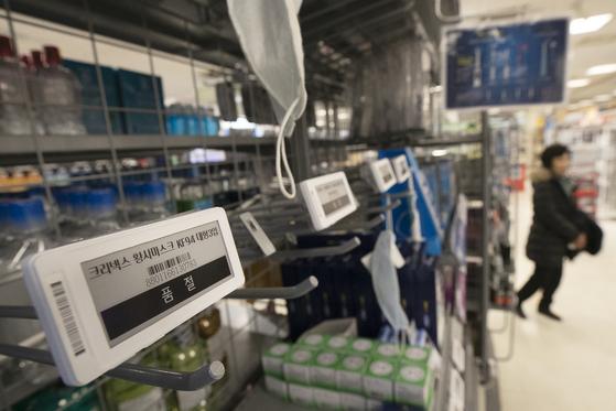 신종 코로나바이러스 감염증인 '우한 폐렴'의 확산으로 마스크 등 위생용품 판매가 급등한 28일 서울의 한 대형마트 마스크 진열대가 비어 있다. [연합뉴스]