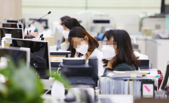 정부가 우한폐렴 마스크의 매점매석 행위에 대해 엄중 대응하기로 했다.[연합]
