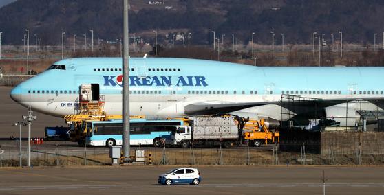 정부는 31일 우한에서 교민 350~360명을 수송할 계획이라고 밝혔다. 교민 수송에 나설 대한항공 전세기가 정비창에 대기하고 있다. 최정동 기자