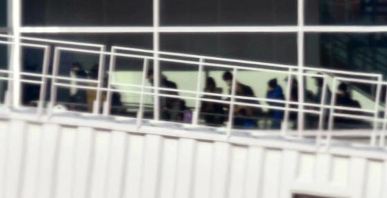 29일 오전 일본 정부가 마련한 전세기를 타고 중국 우한시를 출발해 일본으로 귀국한 일본인들이 도쿄 하네다공항에서 이동하고 있다. [연합뉴스]