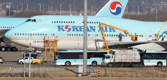 30일 오후 인천국제공항에 계류장에 우한행 전세기(KE9983-HL7461)로 추정되는 항공기가 계류돼있다. [뉴스1]