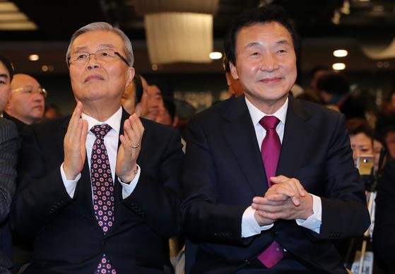 2017년 1월 김종인(왼쪽) 전 더불어민주당 비상대책위원장과 손학규 당시 전 민주당 대표가 함께 자리한 모습. [중앙포토]