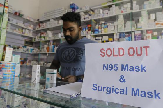 마스크가 다 팔려버린 스리랑카의 한 약국 [EPA=연합뉴스]