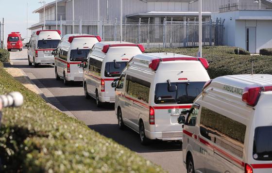 30일 중국 우한에서 일본인 210명을 태우고 출발한 두 번째 전세기가 도쿄 하네다공항에 도착하는 것에 대비해 앰뷸런스가 공항으로 들어가고 있다. [지지·AFP=연합뉴스]