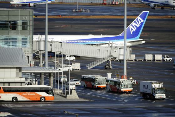 일본인 206명을 태우고 우한을 출발한 일본의 첫번째 전세기가 29일 오전 8시45분쯤 하네다 공항에 도착했다. [AP=연합뉴스]