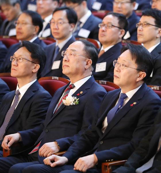 홍남기 경제부총리 겸 기획재정부 장관(가운데)이 김현준 국세청장(오른쪽), 임재현 기획재정부 세제실장(왼쪽)과 함께 29일 오전 정부세종 2청사에서 열린 전국 세무관서장 회의에 참석했다. 국세청은 앞으로 고가주택 취득자금을 집중 검증하겠다고 밝혔다. [연합뉴스]