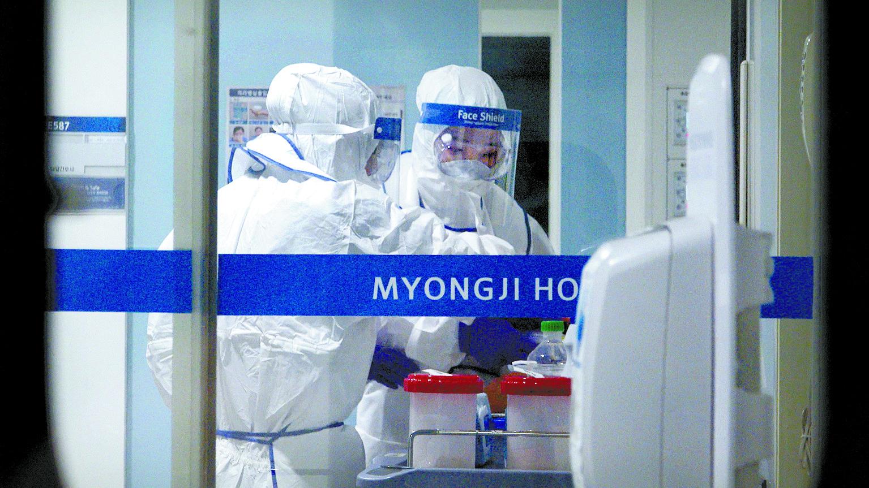 28일 고양시 명지병원 격리음압병동에서 방호복을 입은 의료진이 신종 코로나바이러스 감염증 의심환자의 시료를 다루고 있다. 공성룡 기자
