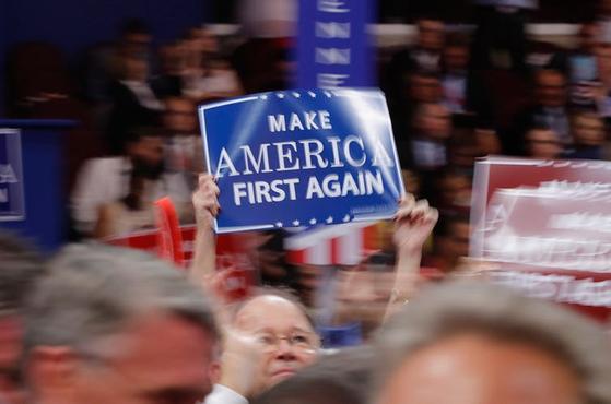 미 공화당 전당대회(RNC)에서 한 공화당 지지자가 '아메리카 퍼스트(미국 우선주의)'를 옹호하는 팻말을 들고 있다. [로이터=연합뉴스]