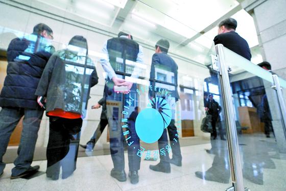 해외금리연계 파생결합펀드(DLF) 사태 관련 세 번째 제재심의위원회가 열린 30일 서울 여의도 금융감독원에서 직원들이 사무실로 가기 위해 엘리베이터를 기다리고 있다 [연합뉴스]