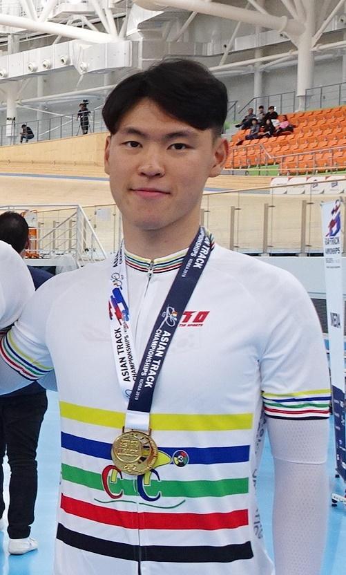 지난해 10월 아시아주니어트랙선수권대회에서 남자 단체추발에서 우승한 후 기념촬영 중인 엄세범 선수. [연합뉴스]