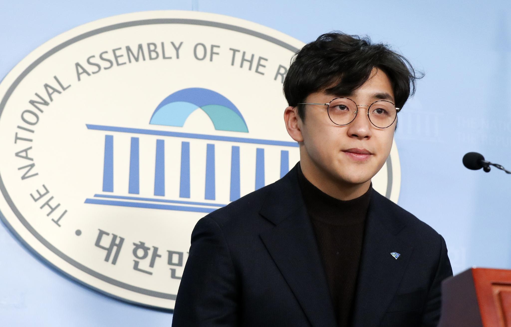 더불어민주당 인재영입 2호 원종건씨가 28일 국회 정론관에서 기자회견을 하고 있다. [중앙포토]