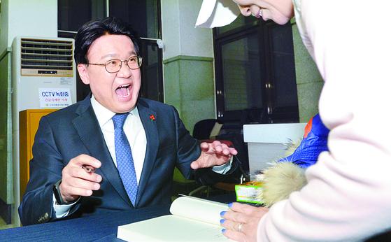황운하 대전지방경찰청장이 지난해 12월 9일 대전 중구 대전시민대학 식장산홀에서 열린 북콘서트 형식의 출판기념회에서 본인의 자서전 '검찰은 왜 고래고기를 돌려줬을까'를 소개하고 있다. 김성태기자