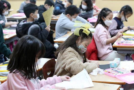 지난 28일 개학한 대구의 한 초등학교 교실에서 학생들이 수업시간에 마스크를 쓰고 있다. [뉴스1]