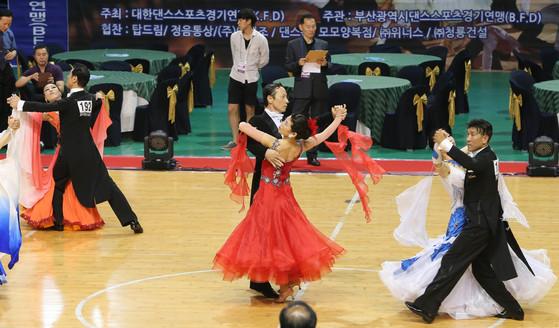 스포츠댄스라는 용어는 2000년 시드니 올림픽 시범 종목에 들어가면서 '댄스스포츠'로 통일됐다. 올림픽 정식 종목을 추진하는 국제기구에서 댄스스포츠로 부르라고 한 것. [중앙포토]