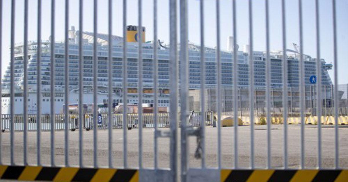 이탈리아 로마 인근 치비타베키아항에 발이 묶인 대형 크루즈선. [AP=연합뉴스]