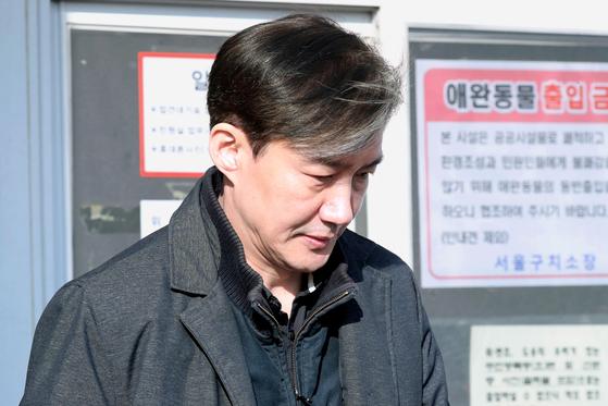 조국 전 법무부 장관이 경기도 의왕시 서울구치소에서 부인 정경심 교수 면회를 마친 뒤 구치소를 나서고 있다. [뉴스1]