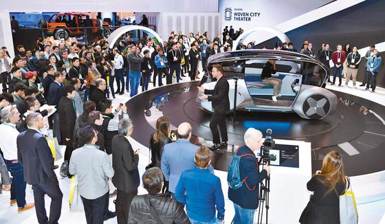 현대모비스는 지난 7일부터 나흘간 미국 라스베이거스에서 열린 CES 2020에서 전기차 공유 콘셉트인 '엠비전S'에 카메라?레이다 등 자율주행 핵심 센서와 커뮤니케이션 라이팅을 선보였다. [사진 현대모비스]