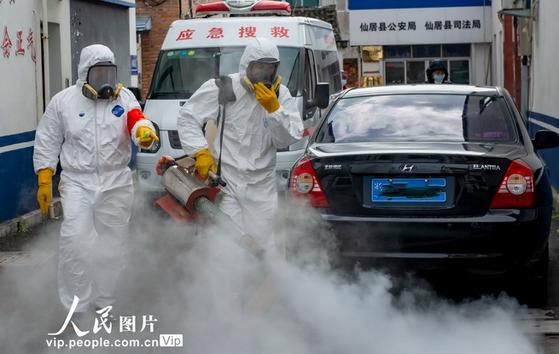 중국 저장성에서 차량 등 도로에 대한 방역 작업을 실시하고 있다. [중국 인민망 캡처]