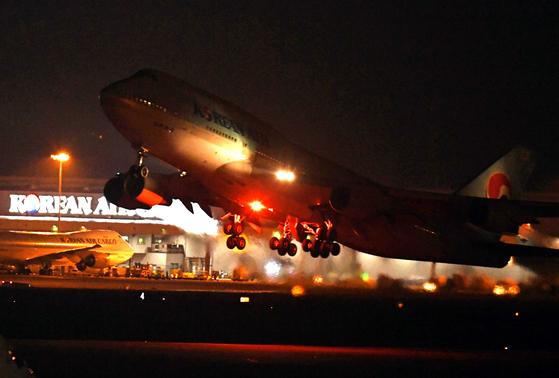 신종 코로나 바이러스가 발생한 중국 우한에서 한국 교민을 수송하기 위한 전세기 KE 9883편 보잉 747 여객기가 30일 저녁 인천국제공항을 출발하고 있다. 최정동 기자