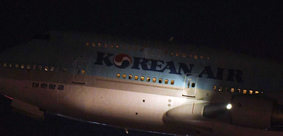 신종 코로나 바이러스가 발생한 중국 우한에서 한국 교민을 수송하기 위한 전세기 KE9883편 보잉747 여객기가 30일 저녁 인천국제공항을 출발하고 있다. 최정동 기자