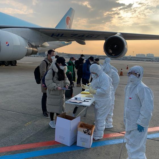 중국 우한대학교에 재학 중인 K씨(27)씨가 31일 오전 7시 50분 김포공항에 도착하자마자 문진표 등을 작성하고 있다. [사진 독자제공]
