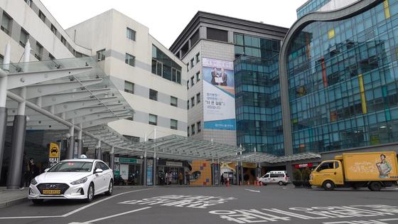 28일 오후 국가지정 격리병상(음압병실)이 있는 경기도 고양시 명지병원에 환자들이 드나들고 있다. 공성룡 기자