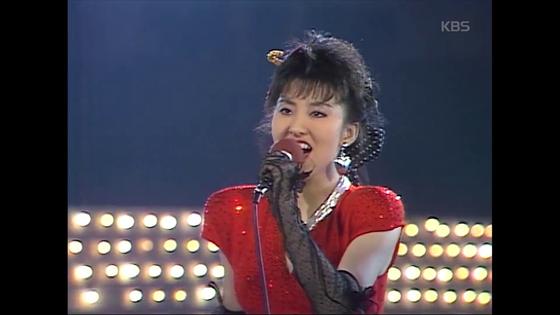 1986년 KBS 가요톱텐 무대에서 '오늘밤'을 부르고 있는 김완선의 모습. [사진 kbs가요톱텐 영상 캡처]