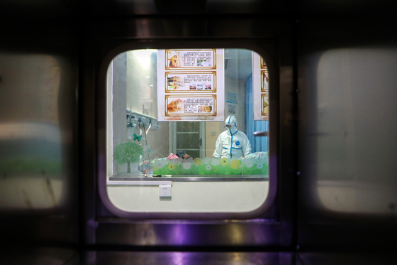 중국 후베이성 우한의 한 병원에서 의료진이 방호복을 입고 있는 모습 [EPA=연합뉴스]