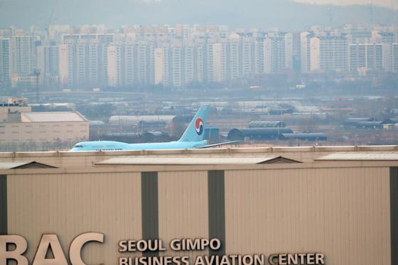 중국 우한에서 교민을 태운 전세기 KE 9883편 보잉 747 여객기가 31일 김포공항에 착륙해 이동하고 있다. [연합뉴스]
