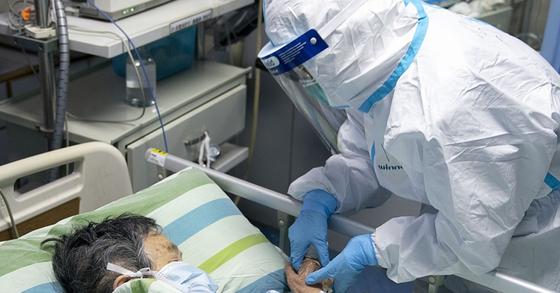중국 후베이성 우한대학 중난병원의 집중치료실에서 보호복을 입은 의료진이 신종 코로나바이러스 감염증(우한 폐렴) 확진 환자를 돌보고 있다. [연합뉴스]