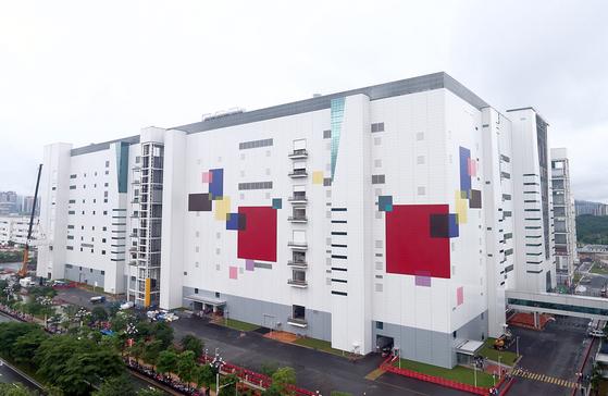 지난해 8월 LG디스플레이와 광저우개발구가 합작해 완공한 'LGD 하이테크 차이나'(LGDCO)의 8.5세대(2200mmx2500mm) 올레드 패널 공장. [사진 LG디스플레이]