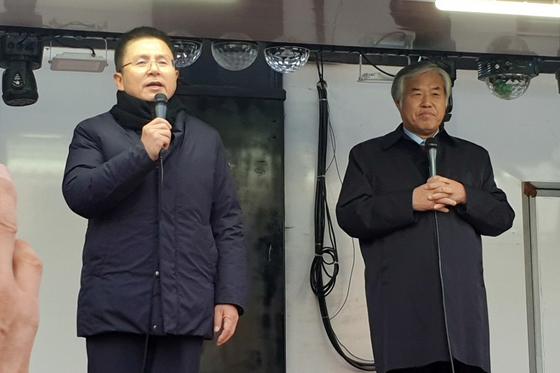 황교안 자유한국당 대표(왼쪽)와 전광훈 목사. [연합뉴스]