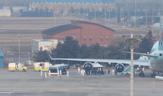 세계보건기구(WHO)가 우한폐렴에 대해 '국제적 비상사태'를 선포한 31일 오전 중국 우한시와 인근 지역에 고립돼 있는 우리 국민들이 서울 강서구 김포국제공항에 도착해 전세기에서 내리고 있다. [뉴스1]