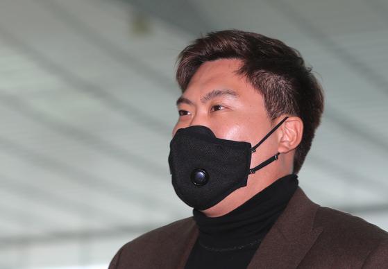 류현진이 2일 오후 인천국제공항 제2여객터미널에서 스프링캠프 참가를 위해 미국으로 출국하기 전 인터뷰를 하고 있다. [뉴스1]