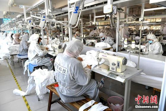 중국 푸저우의 한 공장에서 근로자들이 방호복 생산에 여념이 없다. [중국 중신망 캡처]