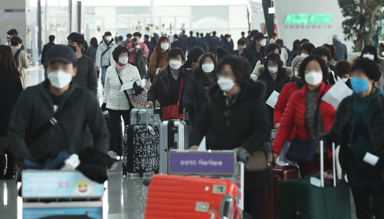 신종 코로나바이러스 감염증 확산이 우려되고 있는 2일 오후 인천공항 2터미널에서 이용객들이 마스크를 착용하고 이동하고 있다. [연합뉴스]