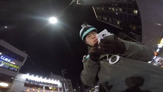 기자는 직접 플랫폼 노동자로 일해보기 위해 지난달 배달 플랫폼에 가입했다. 지난달 6일 서울 중구의 한 도로 위에서 기자가 스마트폰 앱을 통해 일거리를 찾고 있다. 임성빈 기자