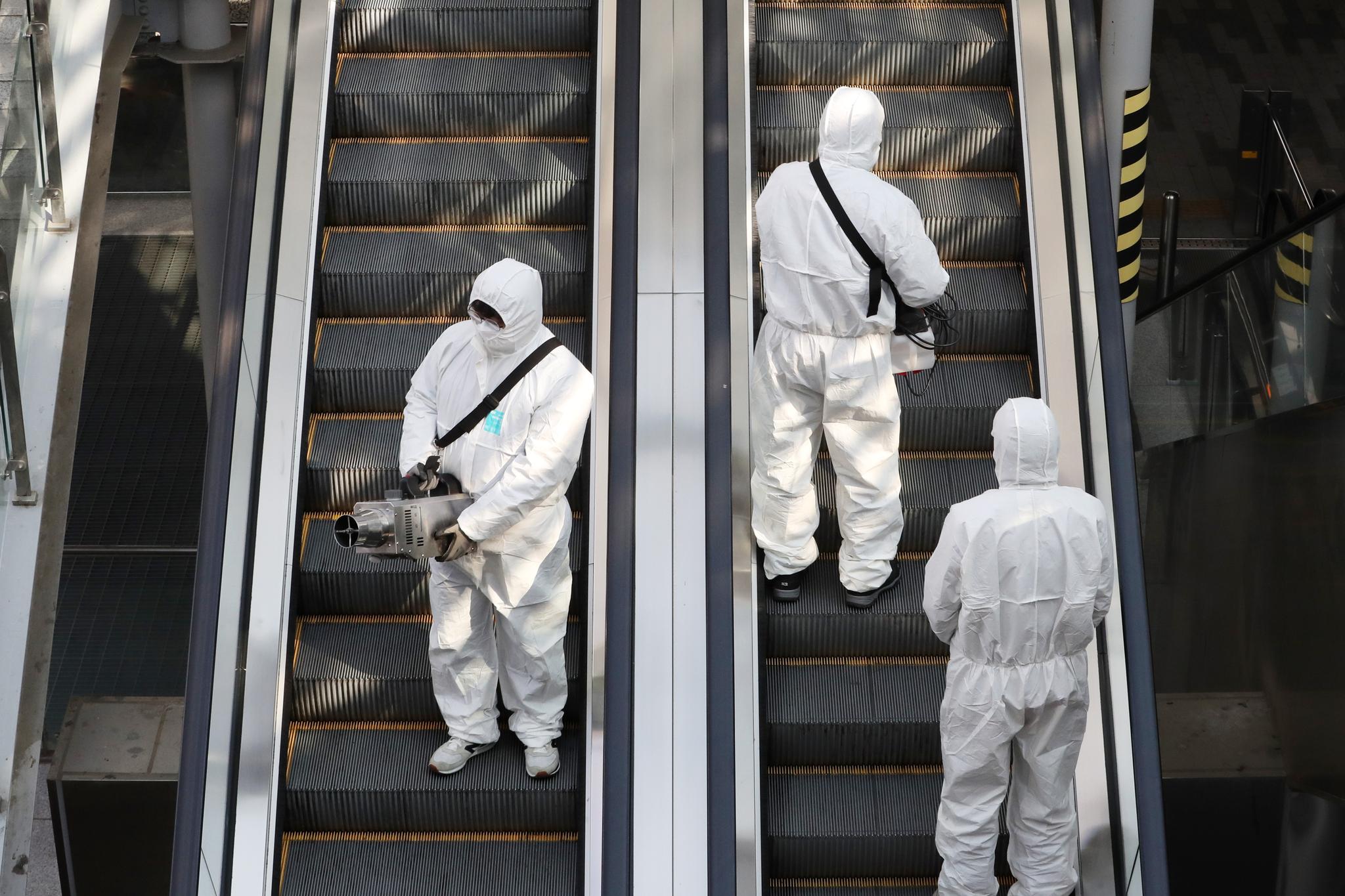 3일 오후 경기도 수원역 환승센터에서 수원도시공사 관계자들이 신종 코로나바이러스 감염증 확산을 방지하기 위한 방역 작업을 하고 있다. [뉴스1]