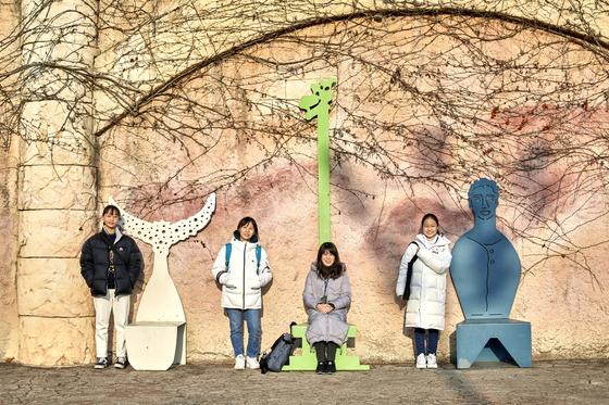 소중 학생기자단이 전채은(왼쪽에서 셋째) 동물을위한행동 대표와 동물원을 찾아 동물원 동물복지에 대해 알아봤다. 왼쪽부터 은다민·홍예린·박채원 학생기자.