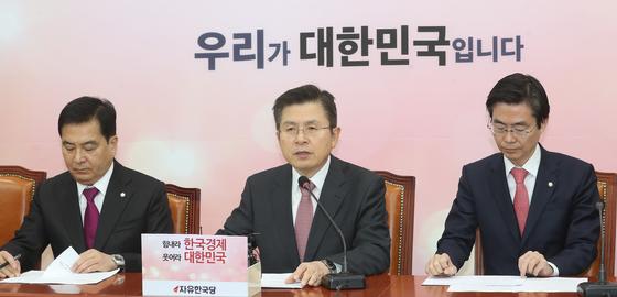 황교안 자유한국당 대표가 3일 오전 서울 여의도 국회에서 열린 최고위원회의에서 모두발언을 하고 있다. [뉴스1]