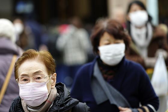 일본 도쿄 시민들이 신종 코로나 예방을 위해 마스크를 쓰고 거리를 걷고 있다. [AP=연합뉴스]