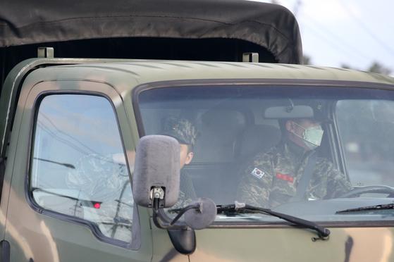 지난달 30일 경북 포항시 남구 오천읍 해병대 1사단 앞 도로에서 해병대가 '20-1차 포항특정경비지역사령부 대침투작전 종합훈련'을 하기 위해 이동하고 있다. 일부 장병은 마스크를 끼고 있다. [연합뉴스]