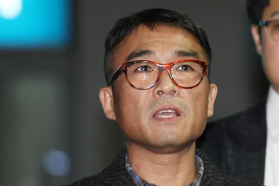 가수 김건모가 지난달 15일 오후 서울 강남경찰서에서 조사를 마치고 입장을 발표하고 있다. [뉴스1]