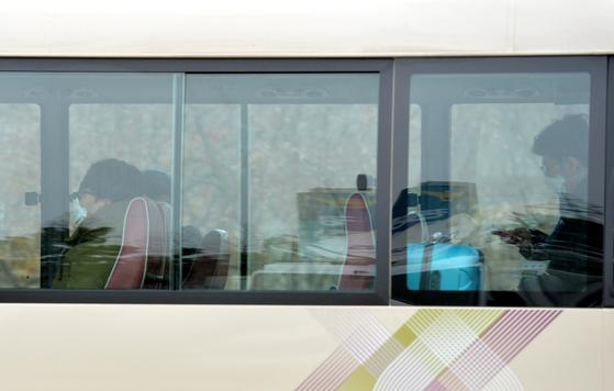 중국 우한에서 2차로 귀국한 교민과 유학생을 태운 버스가 지난 1일 충남 아산 경찰인재개발원으로 들어가고 있다. 이들은 이곳 임시 격리시설인 생활관에서 14일간 몸 상태를 검진 받으며 생활한다.김성태 기자